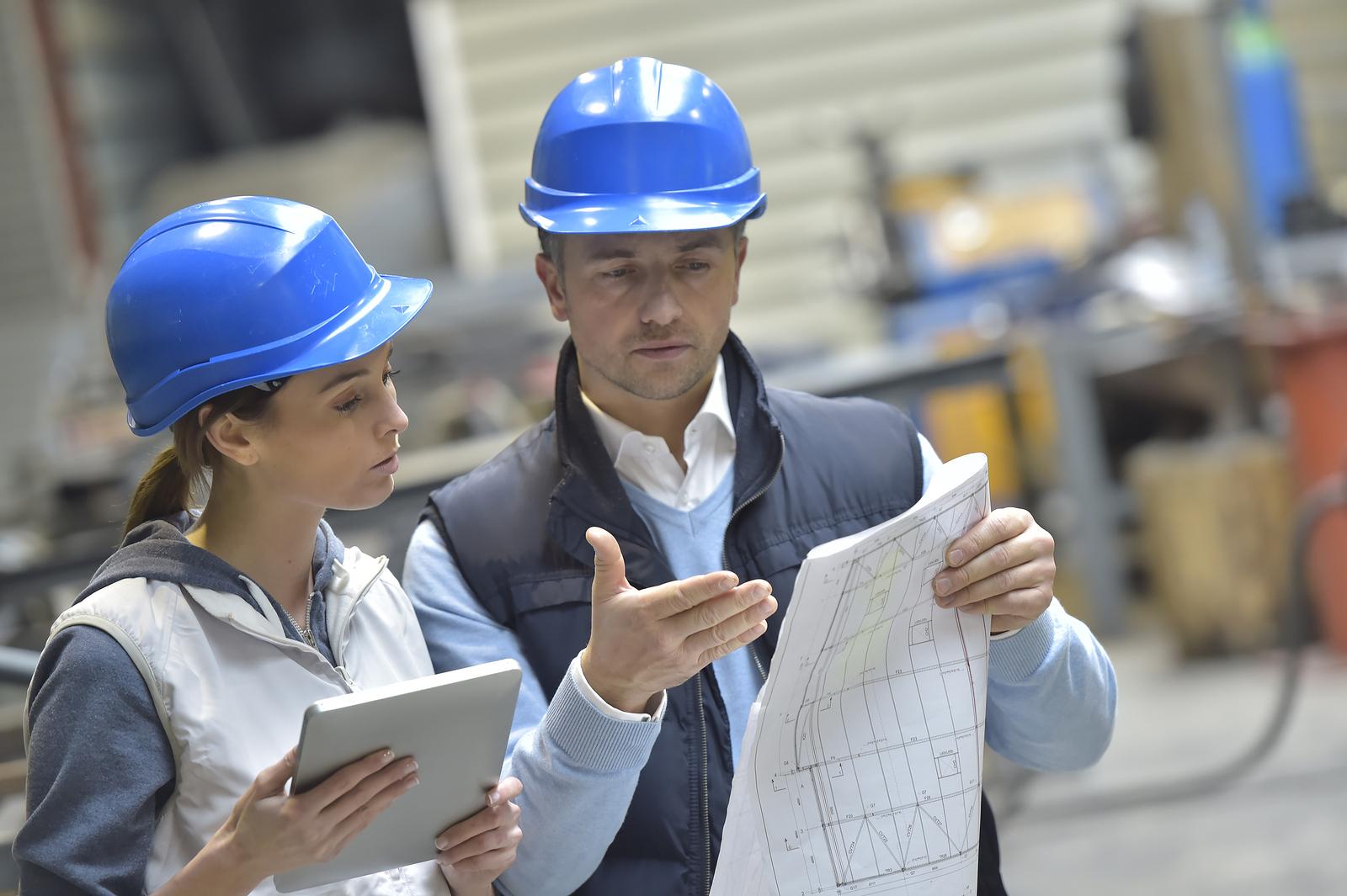 dos ingenieros revisan documentación
