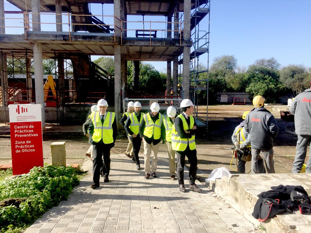 ingenieros paseando por obra en fundación laboral de la construcción